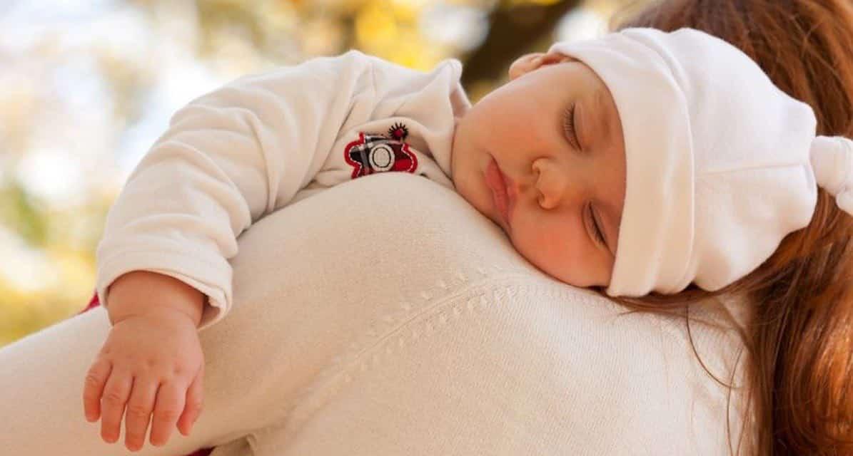 Hoe baby laten boeren als hij slaapt