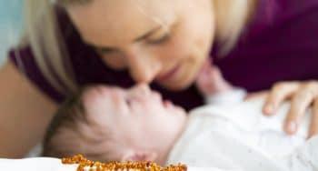 Pijn bij baby verlichten met barnsteen ketting of armband