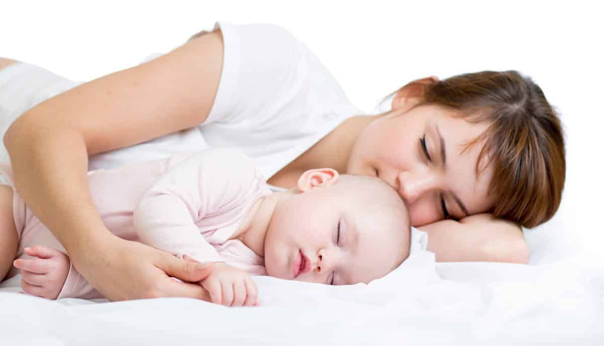 Tips en stappen om de baby te laten wennen aan alleen slapen