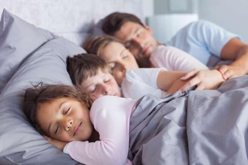 Tips om je kind weer in zijn eigen bed te laten slapen