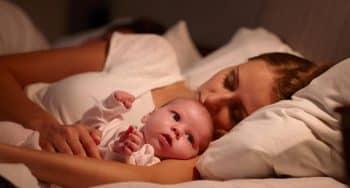 Waarom worden mannen niet wakker van huilende baby