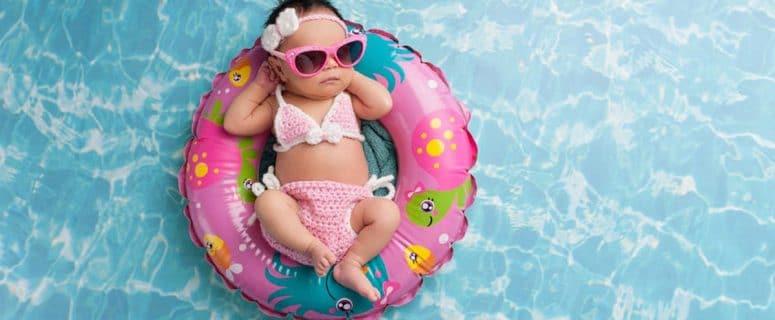 baby in de zon achter glas ogen