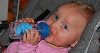 een baby water leren drinken