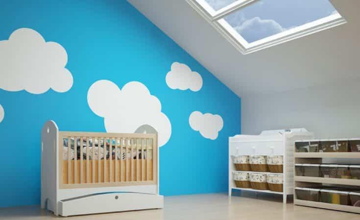 babykamer onder een schuin dak