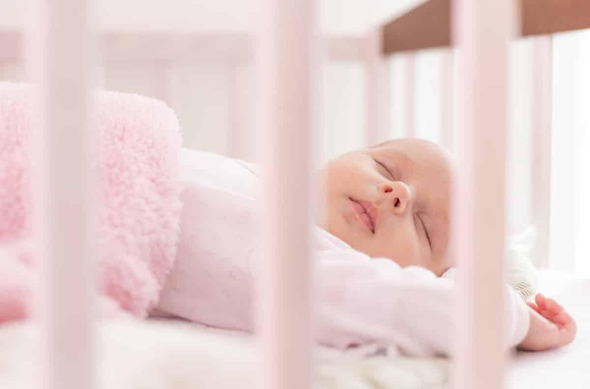 De beste slaaphouding en andere tips voor het veilig for Baby op zij slapen kussen