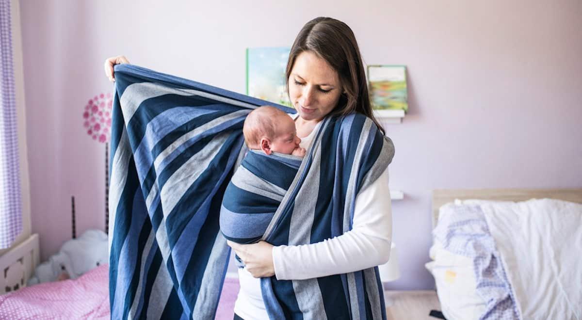 draagdoek knopen baby op buik