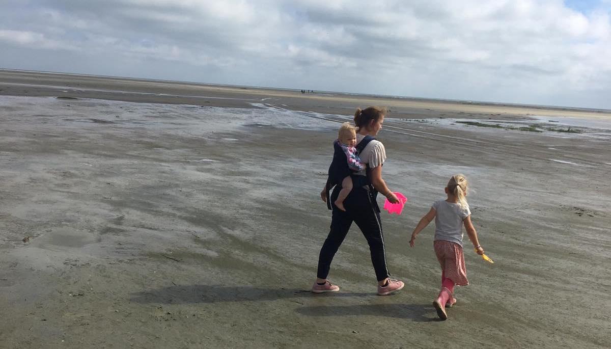 draagzak op het strand van ameland