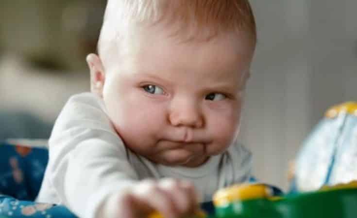 gezichtsuitdrukkking poepende babys