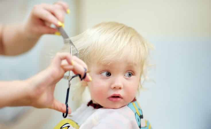 haar van de baby knippen