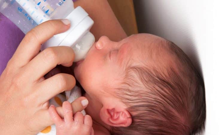 hoe lang drinkt een baby per voeding