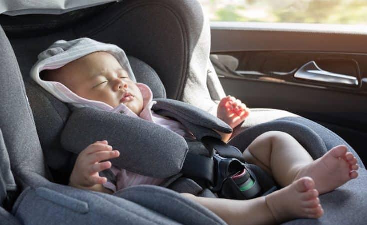 Hoe moet je een kind in het autostoeltje vervoeren?