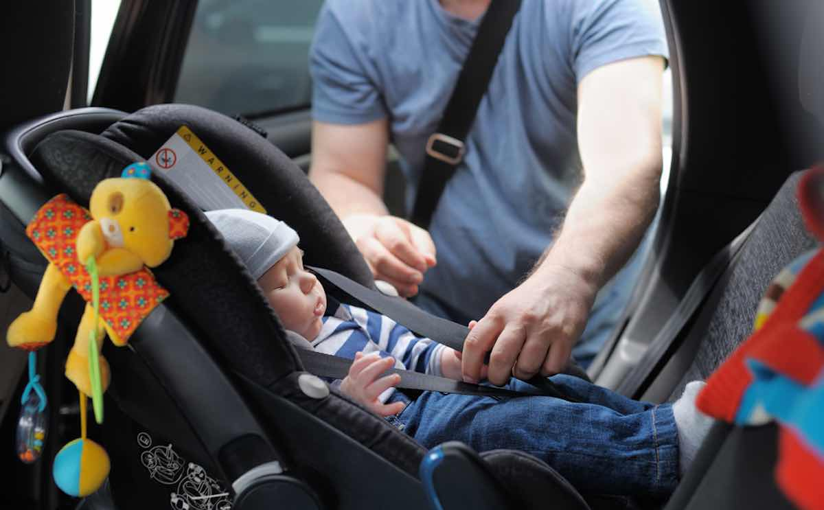 oefenen met autostoeltje in auto