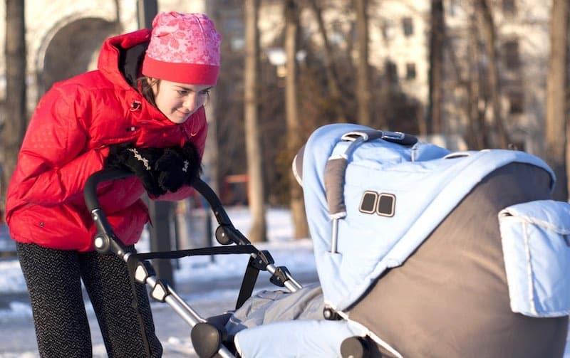 pasgeboren baby naar buiten winter