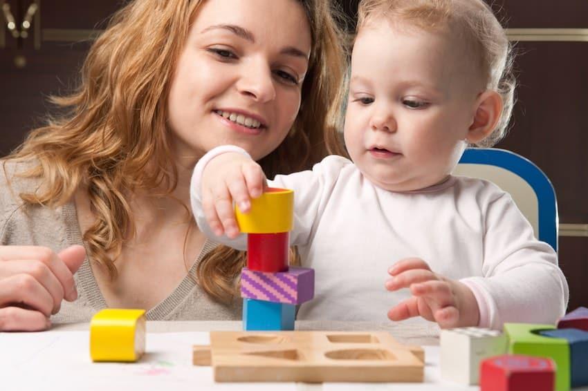 spelen met baby torens bouwen