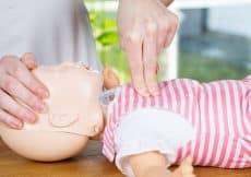 wat te doen bij verslikking baby